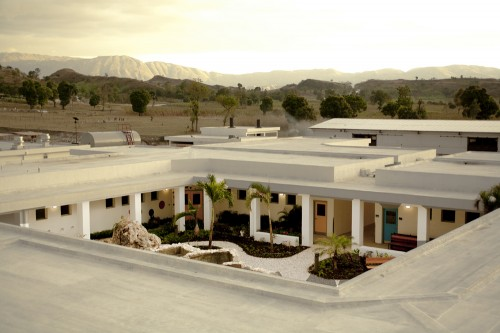 Mirebalais Hospital: Courtyard